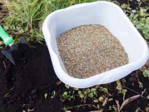 花壇の土にバーミキュライトを入れる